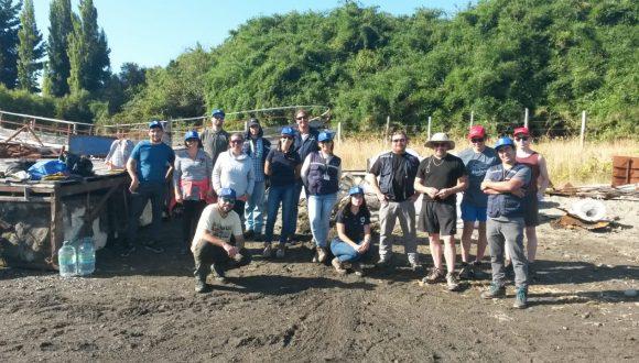 Limpian playas en Curahue para proteger vida silvestre de Chiloé